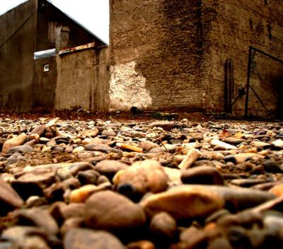 scul, pamant, dirt, pietre, rocks, road, drum, way, rural, urban, scene, house, walls, depressing, atmosphere, ground, down, looking,
