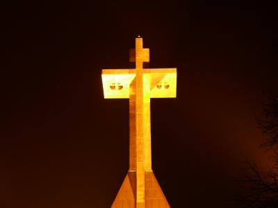 cruce, cross, object, artifact, worship, god, faith, credinta, iluminated, lighed, symbol, night, noapte, dark, reflector, shine, yellow,