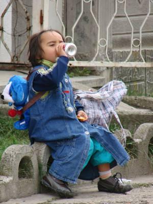 child, childrem drink, thirsty, beverage, bear, bag, poor, street, alone