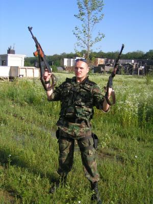 military, militar, soldier, soldat, shoot, trage, gun, arma, AKM, army, armata, man, barbat, point, ochi, sunglasses, ochelari soare