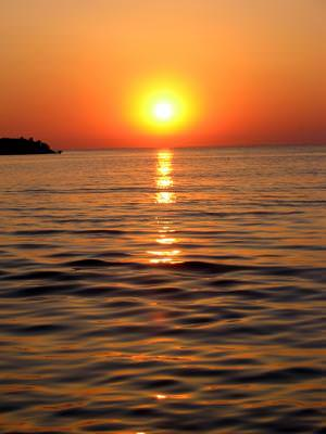 soare, rasarit, mare, val, liniste, culori, peisaj, priveliste, wallpaper, pace, rosu, portocaliu, foc, reflexii, reflections, sea, wave, quiet, colors, landscape, scenery, red, orange, view, sun, sundown, sunrise, water, ocean