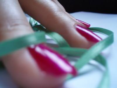 unghii, red, nails, macro, closeup, fingers, tips, ribbon, green, table, pushing, press, touch, soft, body, hand, skin,