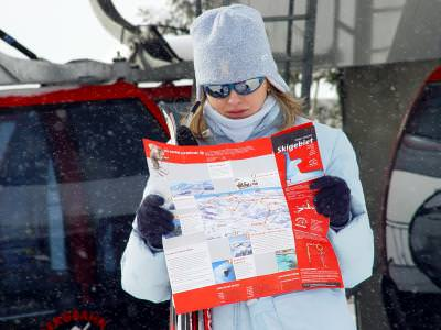 fata, girl, iarna, winter, ochelari, glases, harta, map, schi, ski, orientare, reading, citind