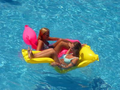 piscina, apa, albastru, fete, saltea, joaca, pool, play, relaxation, beauty, girls, floating, float, water, blue, female, bathing, suit,