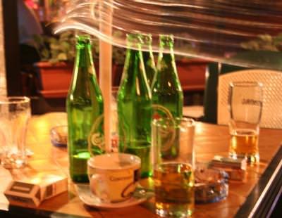 betie, sticle, umbre, noapte, light blurs, table, bottles,