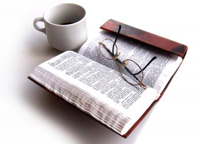 ceasca, cafea, coffe, object, drink, cup, euro, coins, bani, monezi, currency, trade, bible, biblia, word, cuvant, study, glases, ochelari