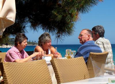 relaxing, relaxare, food, restaurant, thassos, grece, grecia, people, active, elderly, batrani, in varsta, mancare, food, terace, restaurant, conversation, chat