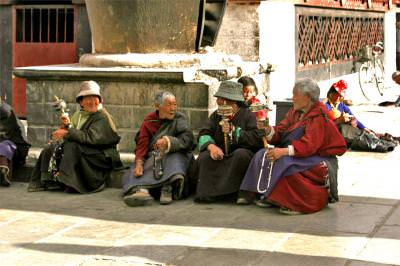girls, tibet, monks, calugari, chanting, praying, rugaciune, tibetani, tebetans, tibet