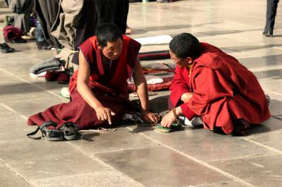 monks, sitting, watching, market, place, piata, tibetani, asians, orientals, calugari, chatting, talking, discutii, barbati, men