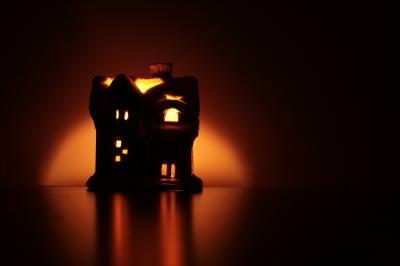 christmas, xmas, globe, sphere, light, shapes, tree, fir, candle, star, event, night, holly, noapte, craciun, glob, sfera, lumina, forma, forme, sfanta, brad, stea, lumanare, lumina, eveniment, house, candle, shape, darkness, dark, noapte, small, within, spread, reflection, red, orange, house, decoraion, decorative,