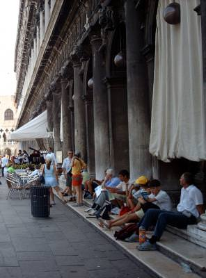 b&w, portrait, urban, city, people, men, man, black, white, bycicles, oras, trei, barbat, barbati, negru, alb, oameni, stairs, trepte, temple, columns, sitting